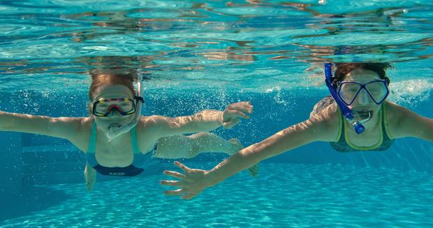 Kinder Lieben Es, Im Wasser Zu Spielen Oder Auf Einer Rutsche Runter Zu  Sausen. Die Meisten Von Ihnen Sind Die Wahren Wasserraten Und Würden Am  Liebsten ...