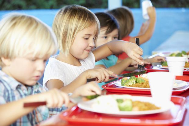 Gemeinsames Mittagessen im Kindergarten | © panthermedia.net /Monkeybusiness Images