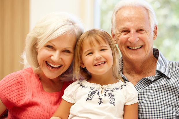 Großeltern mit Enkelkind | © panthermedia.net /Cathy Yeulet