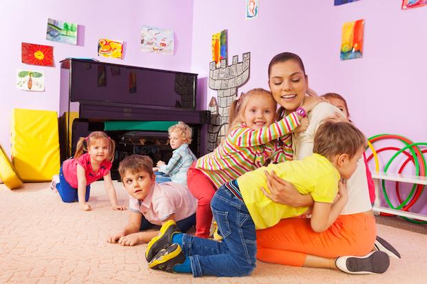 Kinder mit Erzieherin | © panthermedia.net /serrnovik