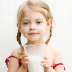 Mädchen mit Milchglas | © panthermedia.net /StephanieFrey