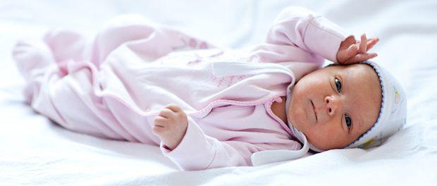Baby im Strampler | © panthermedia.net /myronstandret