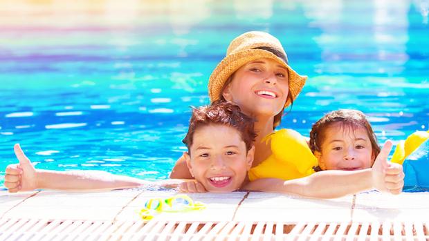 Glückliche Familie im Pool | © panthermedia.net /AnnaOmelchenko