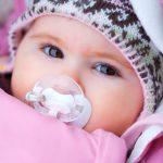 Baby mit Schnuller | © panthermedia.net /Zsolt Nyulaszi
