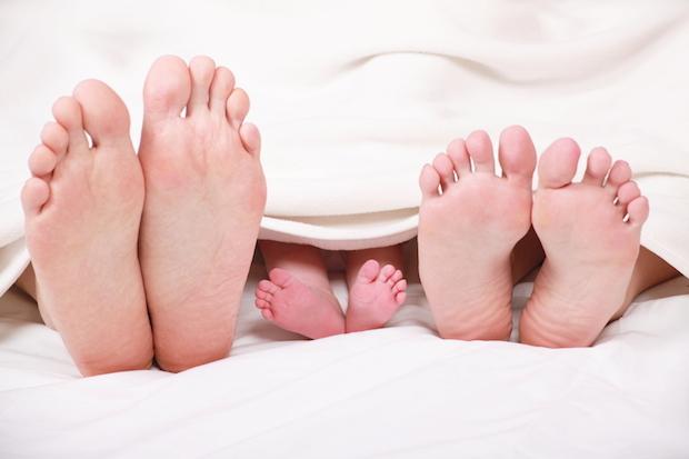 Mama und Papa mit Baby im Bett | © panthermedia.net /Wladimir Wetzel