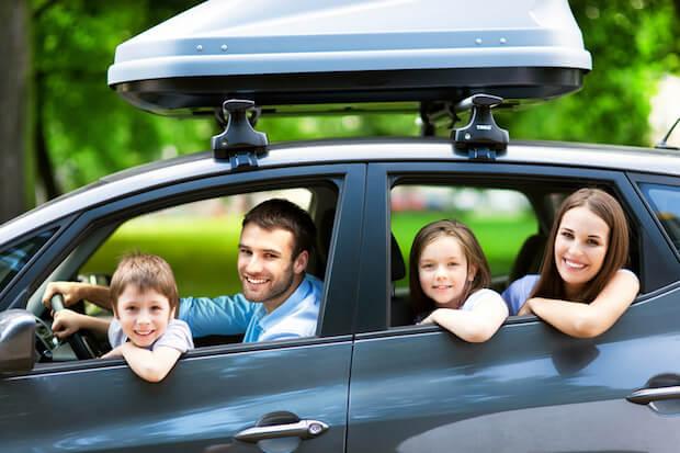 Familie faehrt mit dem Auto in den Urlaub | © panthermedia.net / pikselstock