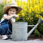 Kinder mit beim Gärtnern | © panthermedia.net /ababaka
