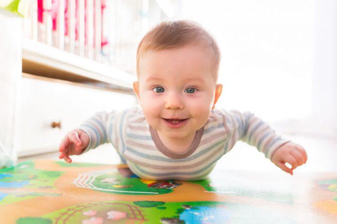 Baby spielt © panthermedia.net / Patryk_Kosmider