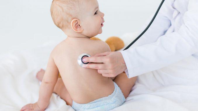 Baby wird untersucht | © panthermedia.net /LenaMiloslavskaya