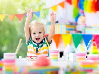 Fröhliches Kind mit Geschenken | © panthermedia.net /FamVeldman