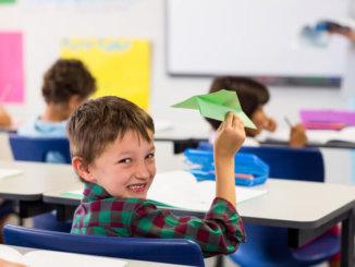 Junge mit Papierflieger | © panthermedia.net /Wavebreakmedia ltd
