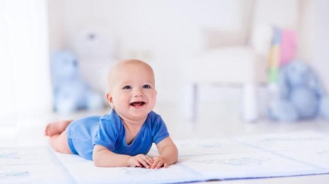 Kind auf Spieldecke | © panthermedia.net /FamVeldman