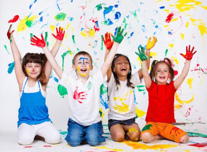 Kinder bemalen sich | © panthermedia.net /anatols