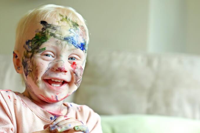 Lachendes Kind mit Farbe im Gesicht | © panthermedia.net /Christin_Lola